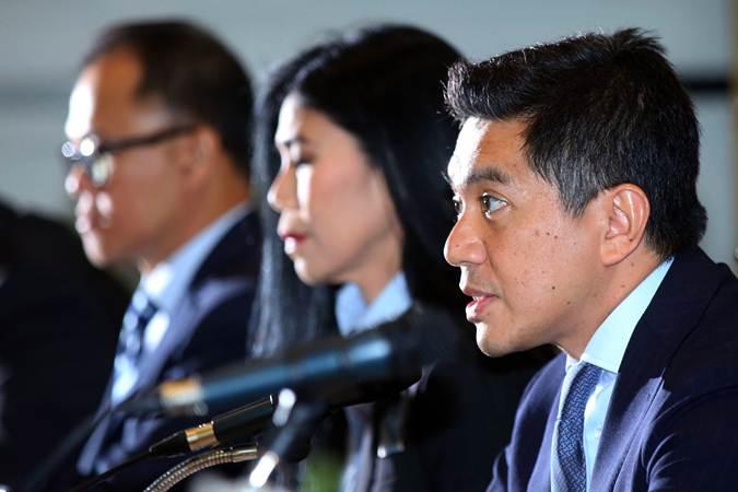 Presiden Direktur PT Bank Maybank Indonesia Tbk (Maybank Indonesia) Taswin Zakaria (kanan) memberikan keterangan saat paparan kinerja perseroan, di Jakarta, Senin (18/2/2019). - Bisnis/Abdullah Azzam