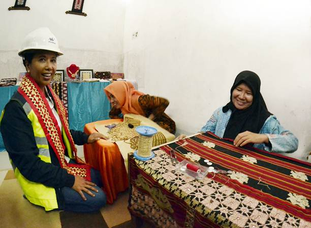 Menteri BUMN Rini Soemarno (kiri) berbelanja di UMKM binaan BUMN di rest area jalan tol Trans Sumatra Km 215 ruas Simapang Pematang- Kayu Agung, Tulang Bawang, Lampung, Jumat (24/5/2019). - ANTARA/Ardiansyah