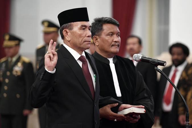 Letnan Jenderal TNI (Purn) Hinsa Siburian (kiri) diambil sumpah jabatan saat pelantikannya sebagai Kepala Badan Siber dan Sandi Negara (BSSN) di Istana Negara, Jakarta, Selasa (21/5/19). - ANTARA/Puspa Perwitasari