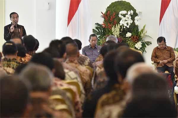 Presiden Joko Widodo (kiri) didampingi Wakil Presiden Jusuf Kalla (kanan) dan Ketua Badan Pemeriksa Keuangan Moermahadi Soerja Djanegara (tengah) menyampaikan pidato dalam acara Penyampaian Laporan Hasil Pemeriksaan atas Laporan Keuangan Pemerintah Pusat (LKPP) tahun 2016 di Istana Bogor, Bogor, Jawa Barat, Selasa (23/5). - Antara/Puspa Perwitasari