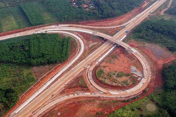 Foto udara pembangunan jalan tol Batang Semarang di Simpang Susun Kandeman, Kabupaten Batang, Jawa Tengah, Jumat (18/5/2018). - ANTARA/Harviyan Perdana Putra