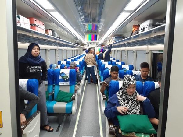 Penumpang kereta api tujuan Kertapati  Tanjung Karang menggunakan kereta baru yang dioperasionalkan oleh PT Kereta Api Divre III Palembang. Bisnis - Dinda Wulandari