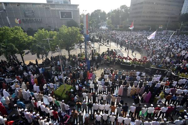 Demonstran menunaikan salat ashar saat menggelar Aksi 22 Mei di depan gedung Bawaslu, Jakarta, Rabu (22/5/2019). - Antara