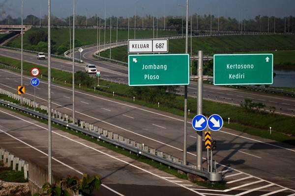 Kendaraan melintas di jalan tol Jombang-Mojokerto (Jomo) Desa Tampingmojo, Kecamatan Tembelang, Kabupaten Jombang, Jawa Timur, Senin (21/1/2019). - ANTARA/Syaiful Arif