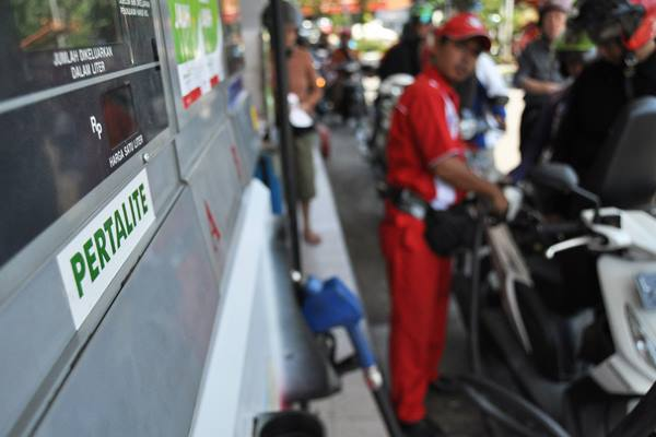 Petugas melayani pembelian produk gasoline non subsidi Pertalite di SPBU Surabaya, Jawa Timur, Jumat (24/7). - Antara