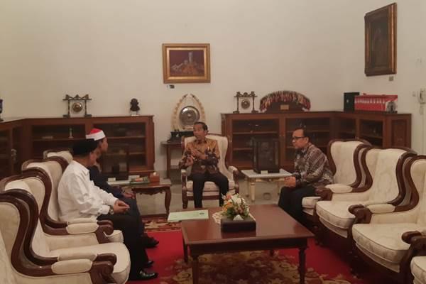Syamsuri Firdaus (kiri) juara 1 kompetisi Musabaqah Tilawatil Quran (MTQ) Internasional ke-7 di Istanbul, Turki, menemui Presiden Joko Widodo di Istana Merdeka, Selasa (14/5/2019) siang. - Bisnis/Yodie Hardiyan