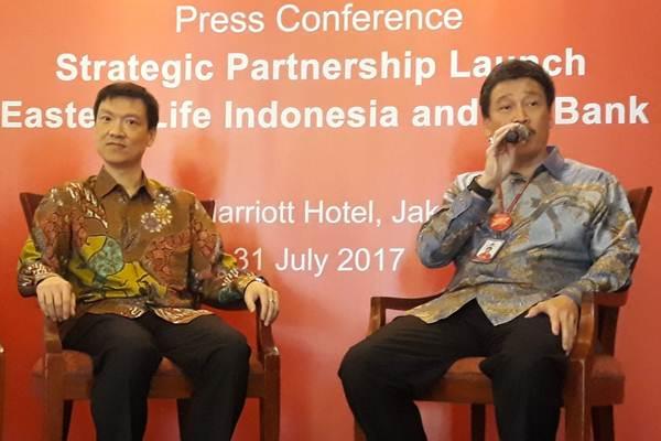 Presiden Direktur PT Bank Mayora Irfanto Oeij (kanan) bersama Presdir PT Great Eastern Life Indonesia Clement Liem, menjawab pertanyaan wartawan, di Jakarta, Senin ( 31/7). - JIBI/Endang Muchtar