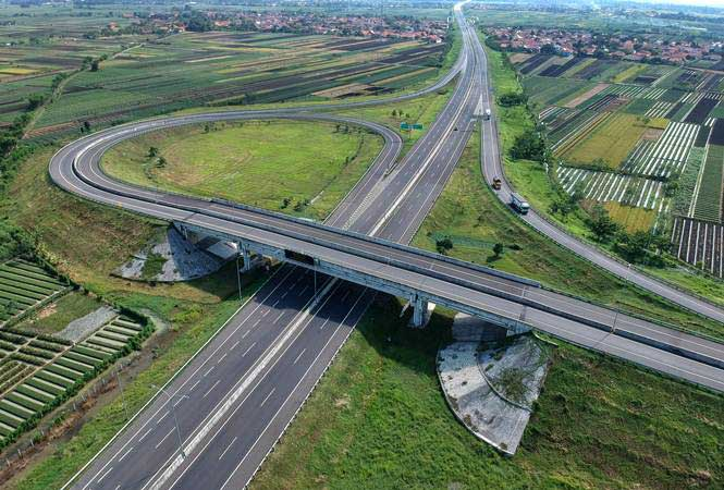 Kendaraan melintas di jalan tol Pejagan-Pemalang, Brebes Timur, Jawa Tengah, Kamis (9/5/2019). - ANTARA/Oky Lukmansyah