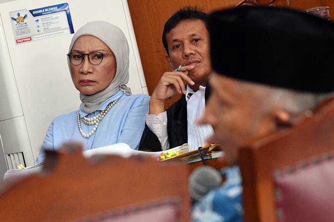 Terdakwa kasus dugaan penyebaran berita bohong atau hoaks Ratna Sarumpaet (kiri) mendengarkan kesaksian Ketua Dewan Kehormatan PAN Amien Rais dalam sidang lanjutan di PN Jakarta Selatan, Jakarta, Kamis (4/4/2019). - ANTARA/Sigid Kurniawan