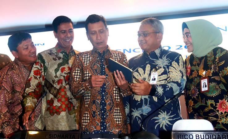 Wakil Direktur Utama PT Bank Negara Indonesia (Persero) Tbk Herry Sidharta (tengah) berbincang dengan Direktur Bob Tyasika Ananta (dari kiri), Direktur Anggoro Eko Cahyo, Direktur Rico Rizal Budidarmo dan Direktur Adi Sulistyowati sebelum paparan kinerja, di Jakarta, Rabu (24/4/2019). - Bisnis/Abdullah Azzam