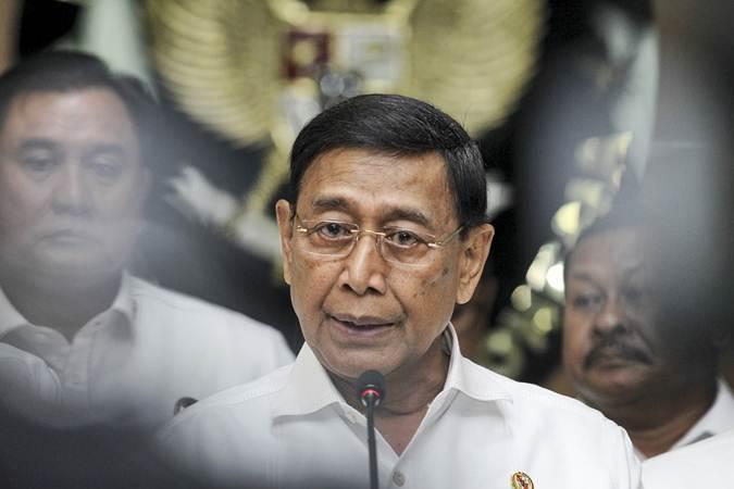 Menko Polhukam Wiranto memberikan keterangan pers seusai rapat koordinasi khusus (Rakorsus) tingkat menteri di Kemenko Polhukam, Jakarta, Rabu (24/4/2019). - ANTARA/Renald Ghifari