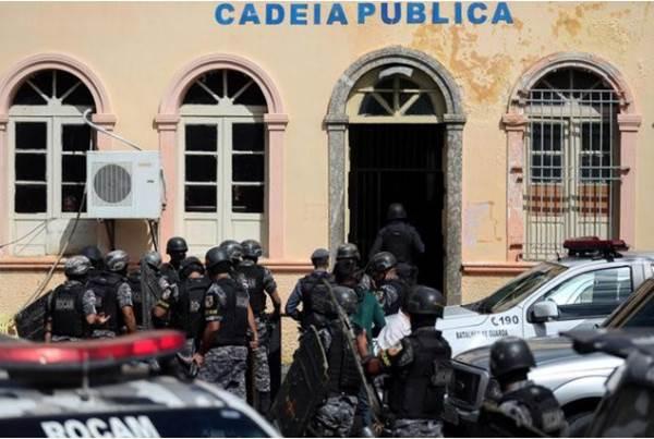 Ilustrasi-Polisi antihuru-hara Brasil memasuki penjara di Manaus saat relokasi sejumlah napi setelah kerusuhan maut terjadi di Manaus, Brasil, 6 Januari 2017. - REUTERS/Michael Dantas