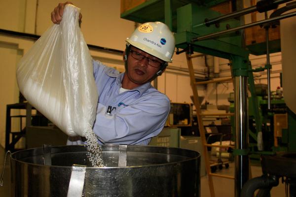 Pekerja PT Chandra Asri Petrochemical (CAP) menuangkan biji plastik (polypropylene) ramah lingkungan untuk bahan membuat kantong plastik yang mudah lapuk kembali menjadi tanah dalam tempo 4 bulan, di Cilegon, Banten, Selasa (12/11). Perusahaan petrokimia tersebut memproduksi biji plastik ramah lingkungan dengan kode Asrene SF5008E untuk dipasarkan ke semua kota Besar di Indonesia untuk mengurangi dampak buruk limbah plastik konvensional yang tidak bisa lapuk dalam ratusan tahun. - antara