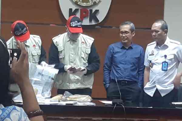 Petugas KPK memperlihatkan barang bukti dugaan suap izin tinggal. - Bisnis/Ilham Budhiman