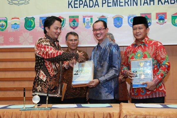 Wali Kota Palembang Harnojoyo (kedua dari kanan) menerima penghargaan WTP dari BPK RI Perwakilan Sumsel. - Istimewa