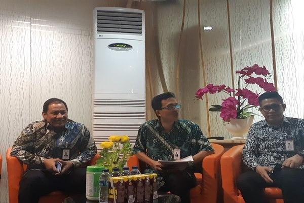 Kepala Jaringan dan Layanan BNI Wilayah Manado Ferry Sinaga (kiri), didampingi Pemimpin Kelompok Kerja Bisnis dan Pengelolaan Jaringan BNI Wilayah Manado Oldy Sambuaga (tengah), dan Humas BNI Wilayah Manado Rommy Wahido di Kantor BNI Manado, Selasa (28/05 - 2019) petang.