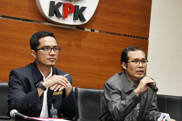 Wakil Ketua Komisi Pemberantasan Korupsi (KPK) Alexander Marwata (kanan) didampingi Juru Bicara KPK Febri Diansyah - Antara/Reno Esnir
