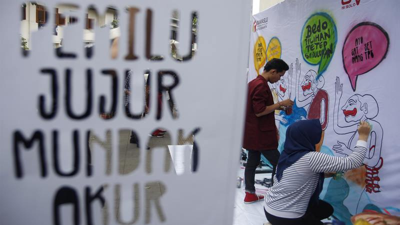 Mahasiswa Desain Komunikasi Visual ISI Surakarta membuat mural dengan tema Graffiti untuk Pemilu Demokrasi di kawasan Pasar Gede, Solo, Jawa Tengah, Sabtu (13/4/2019). - Antara