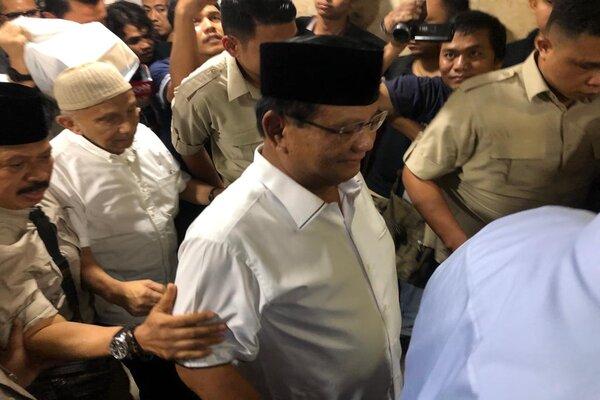 Capres Prabowo Subianto diikuti Amien Rais saat hendak menjenguk Eggie Sudjana di Polda Metro Jaya, Senin (20/5/2019). - Bisnis/Sholahuddin Al Ayyubi