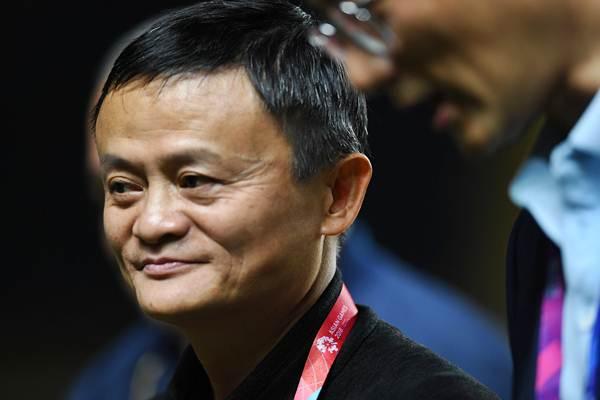 Executive Chairman Alibaba Group Jack Ma (kanan) menghadiri acara pemberian medali kejuaraan sepak bola wanita Asian Games 2018 di Stadion Gelora Sriwijaya Jakabaring, Palembang, Sumatra Selatan, Jumat (31/8/2018). - ANTARA/Zabur Karuru