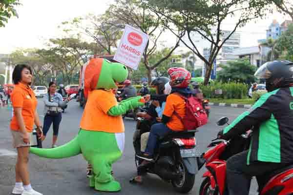 Kegiatan berbagi makanan untuk berbuka puasa ditemani Dino, maskot hijau khas dari Harris Hotel Sentraland Semarang, yang menyapa pengguna jalan dengan berjoget. - Istimewa