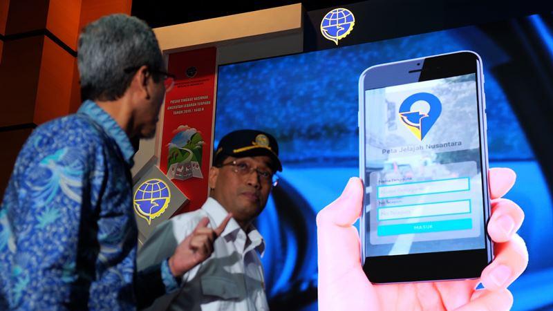 Menteri Perhubungan RI, Budi Karya Sumadi (kanan) bersama dengan Chief Human Capital Officer PT XL Axiata Tbk. Rudy Afandi ( kiri ) dalam acara peluncuran aplikasi Peta Jelajah Nusantara di Jakarta, Selasa (28/5/2019). - dok. XL Axiata