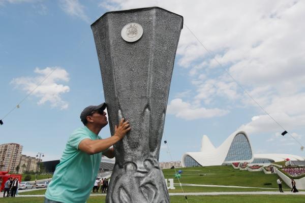 Replika Piala Liga Europa dipasang di kota Baku Azerbaijan, lokasi final Lige Europa antara Chelsea vs Arsenal. - REUTERS/Maxim Shemetov