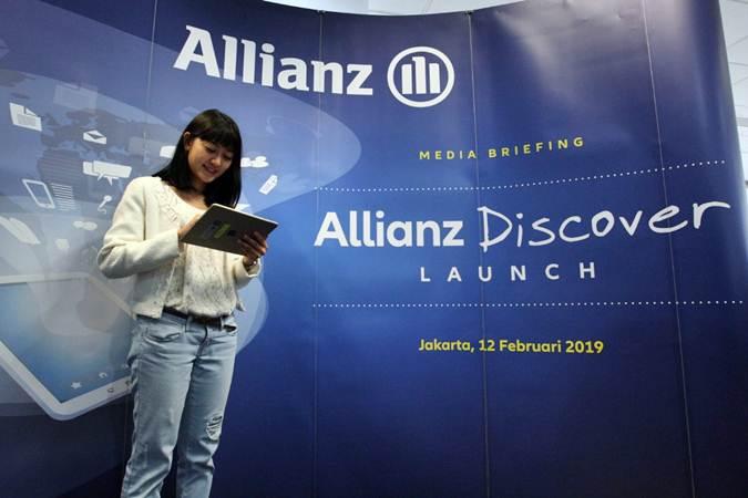 Karyawati Allianz Life Indonesia mengoperasikan aplikasi digital Allianz Discover saat peluncurannya di Jakarta, Selasa (12/2/2019). - Bisnis/Dedi Gunawan