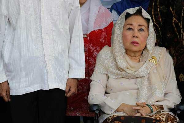 Istri mendiang Presiden Abdurrahman Wahid (Gus Dur), Shinta Nuriyah (kanan), tiba di kampung pecinan Tambak Bayan, Surabaya, Jawa Timur, Jumat (16/6). - Antara/Didik Suhartono