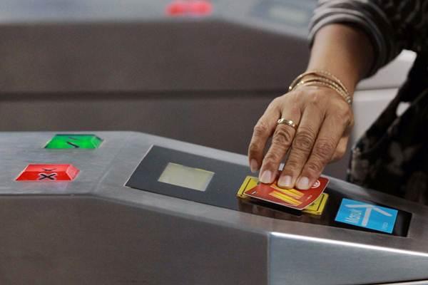 Ilustrasi - Penumpang menempelkan kartu KRL di gerbang masuk Stasiun Juanda Jakarta, Senin (23/7/2018). - JIBI/Dwi Prasetya