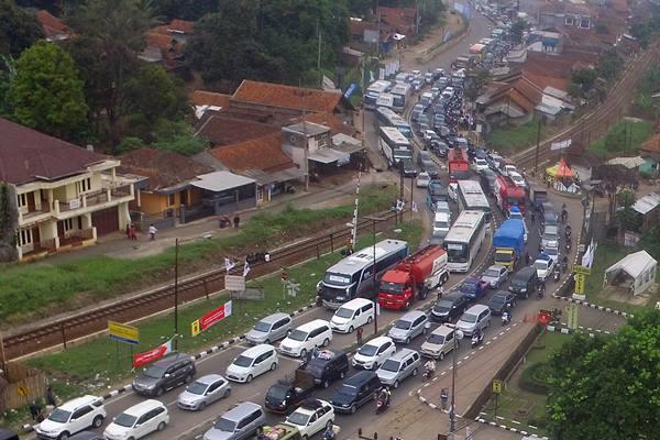 Ilustrasi - Antrean kendaraan memadati kawasan jalur Jalan Raya Nagreg, Kabupaten Bandung, Jawa Barat, Jumat (23/6). H-2 Lebaran diperkirakan merupakan puncak arus mudik di jalur Selatan Jawa Barat via Nagreg menuju wilayah Tasikmalaya dan Garut. ANTARA FOTO - Fahrul Jayadiputra