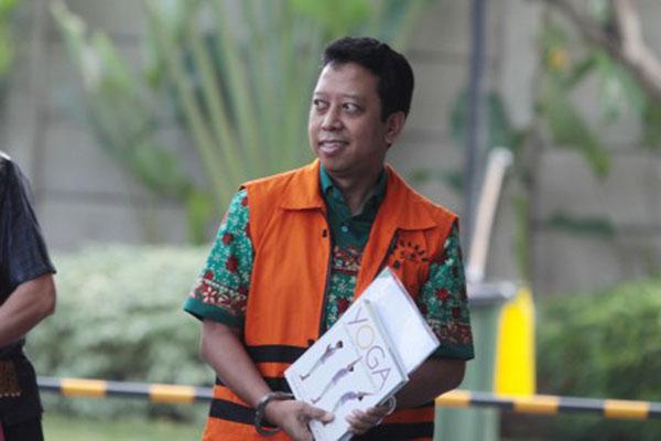 Tersangka kasus dugaan suap terkait seleksi pengisian jabatan di Kementerian Agama, Romahurmuziy berjalan memasuki gedung KPK untuk menjalani pemeriksaan penyidik di Gedung KPK, Jakarta, Jumat (24/5/2019). KPK memeriksa Romahurmuziy sebagai tersangka terkait kasus dugaan jual beli jabatan di Kementerian Agama tahun 2018-2019. - Antara/Reno Esnir