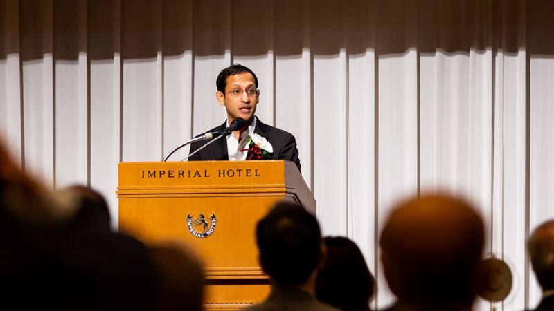 Founder dan CEO Gojek Nadiem Makarim menyampaikan sambutan di depan para tamu kehormatan setelah menerima penghargaan bergengsi Nikkei Asia Prize dalam acara penganugerahan di Tokyo pada Rabu (29/5/2019). - dok. Gojek