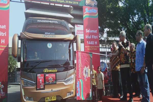 Gubernur Jawa Tengah Ganjar Pranowo saat melepas 2.300 pedagang warmindo mudik ke kampung halaman - Alif