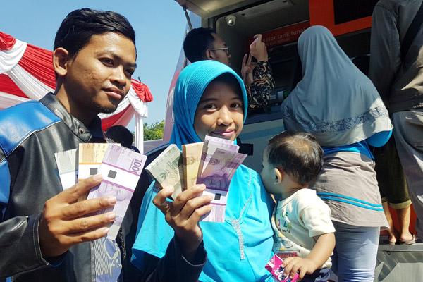 Warga Surabaya saat melakukan penukaran uang di gerai kas keliling milik perbankan yang digelar oleh Bank Indonesia dan 13 bank di lapangan Kodam V Brawijaya Surabaya, Selasa 21 Mei 2019. -  Bisnis/Peni Widarti