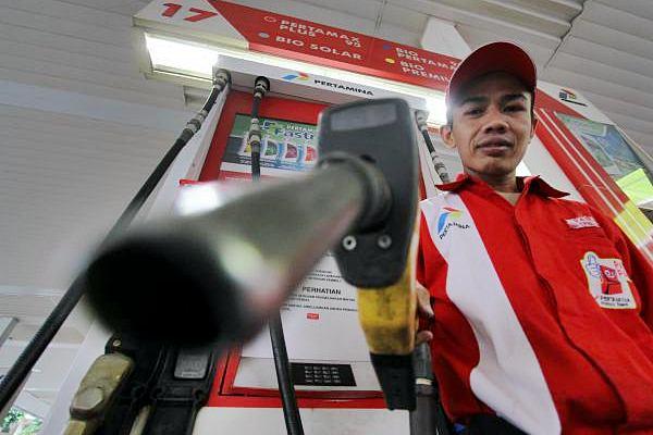 Petugas mengisikan BBM, di sebuah SPBU. - JIBI/Nurul Hidayat