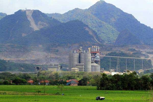 Pabrik semen milik PT Indocement terlihat dari atas bukit Palimanan, Cirebon, Jawa Barat. - Antara/Dedhez Anggara