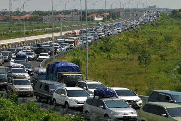 Ilustrasi - Kendaraan pemudik antre menuju gerbang exit tol Pejagan-Brebes Timur, Jawa Tengah, Sabtu (2/7). - Antara