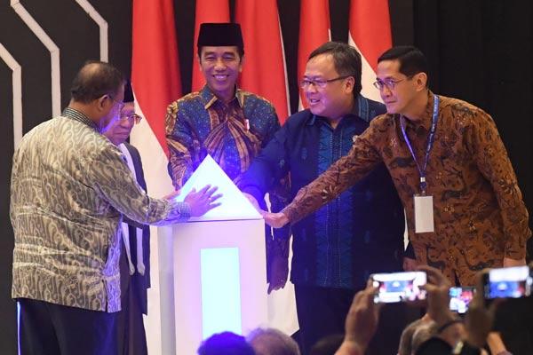 Presiden Joko Widodo (tengah) didampingi Menko Perekonomian Darmin Nasution (kiri), Ketua MUI Ma'ruf Amin, Menteri PPN/Kepala Bappenas Bambang Brodjonegoro, dan Direktur Eksekutif Komite Nasional Keuangan Syariah Ventje Rahardjo (kanan) meluncurkan Masterplan Ekonomi Syariah Indonesia (Meksi) 2019-2024 di Jakarta, Selasa (14/5/2019). Meksi 2019-2024 akan dijadikan rujukan pengembangan ekonomi syariah Indonesia, yang kemudian dapat diturunkan menjadi program kerja implementatif pemerintah. - ANTARA