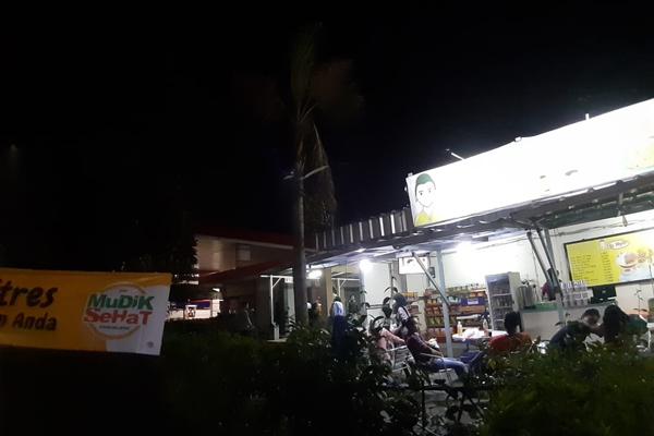 Sejumlah pemudik berisitirahat di rest area kilometer 42,5 Tol Astra Infra Tanggerang - Merak, Rabu 29 Mei2019).  - Bisnis/ Ni Putu Eka Wiratmini