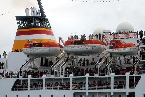 Ilustrasi - Ribuan pemudik terlihat memadati anjungan kapal milik PT Pelni KM Gunung Dempo yang tiba di Pelabuhan Ambon, Maluku, Senin (11/6).  - Antara
