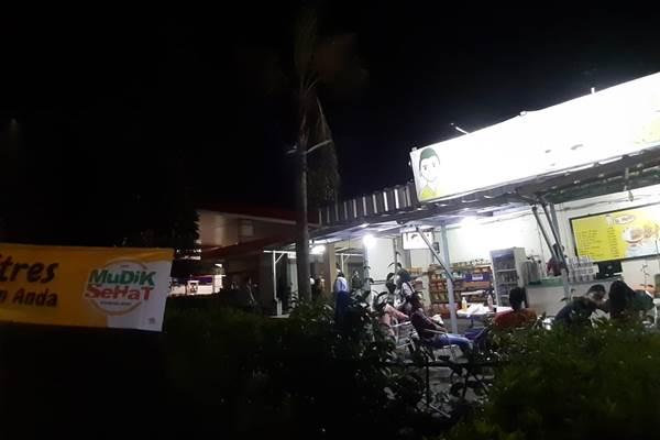 Sejumlah pemudik berisitirahat di rest area kilometer 45 Tol Astra Infra Tanggerang - Merak, Rabu (29/5/2019) - Bisnis/Tim Jelajah Jawa/Bali