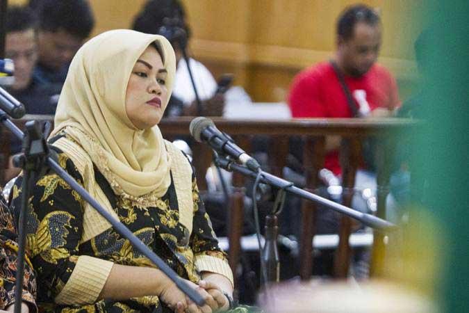 Terdakwa kasus dugaan suap perizinan proyek Meikarta Neneng Hasanah Yasin mengikuti jalannya sidang tuntutan di Pengadilan Tipikor Bandung, Jawa Barat, Rabu (8/5/2019). - ANTARA/Novrian Arbi