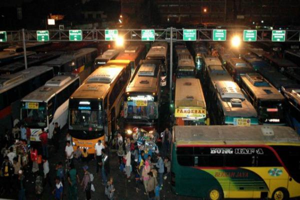 Armada bus angkutan mudik menunggu pemberangkatan di Terminal Bekasi, Jawa Barat, Selasa (14/7/2015) malam. - Antara