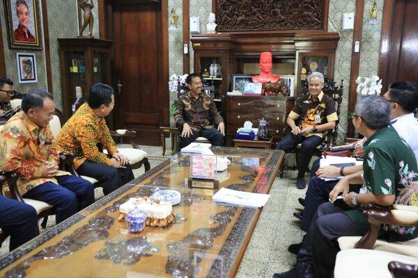 Gubernur Ganjar Pranowo (kanan) menerima Dirut Angkasa Pura II dalam rangka laporan pembangunan Bandara Wirasaba di Kab. Purbalingga.