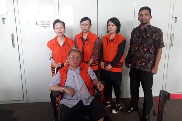 Pasangan suami istri Budi Suharto dan Lily Sundarsih, serta anaknya Irene Irma dan Yuliana Enganita Dibyo (menggunakan rompi oranye) dieksekusi KPK. - KPK
