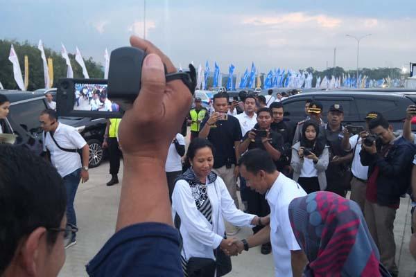 Menteri BUMN Rini M. Soemarno berjabat tangan dengan Bupati Batang Wihaji saat tiba di SPBU KM 379 Batang dalam rangkaian Kunjungan Lintas Tol Trans Jawa, Kamis (30/5/2019). - Bisnis/Herdiyan
