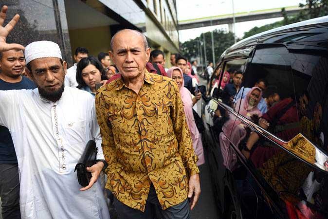 Mayor Jenderal TNI Purn Kivlan Zen (kanan) berjalan meninggalkan Bareskrim Polri usai menjalani pemeriksaan di Jakarta, Senin (13/5/2019). - ANTARA/Akbar Nugroho Gumay