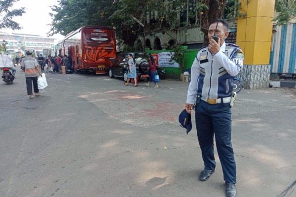Suparman, satu dari sekitar 400 petugas Dinas Perhubungan (Dishub) Bekasi, yang bertugas mengatur kelancaran arus lalu lintas mudik di Bekasi dan sekitarnya, Kamis (30/5/2019). - Bisnis/Tim Jelajah Jawa Bali 2019