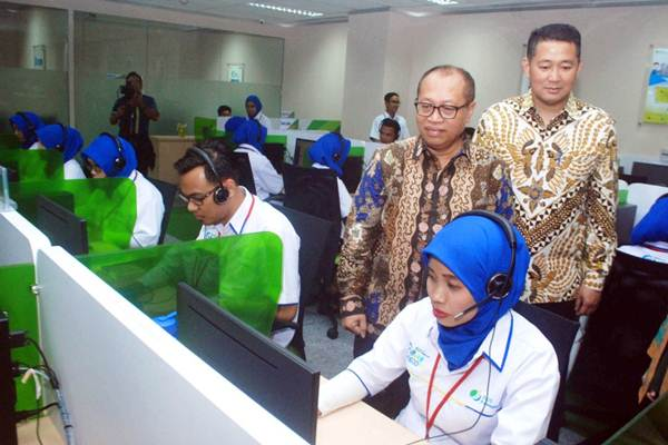 Direktur Utama BPJS Ketenagakerjaan (BPJSTK) Agus Susanto (kiri), bersama Direktur M Krishna Syarif meninjau layanan Care Contact Center, selepas peresmiannya, di Jakarta, Rabu (18/10/2017). - JIBI/Endang Muchtar